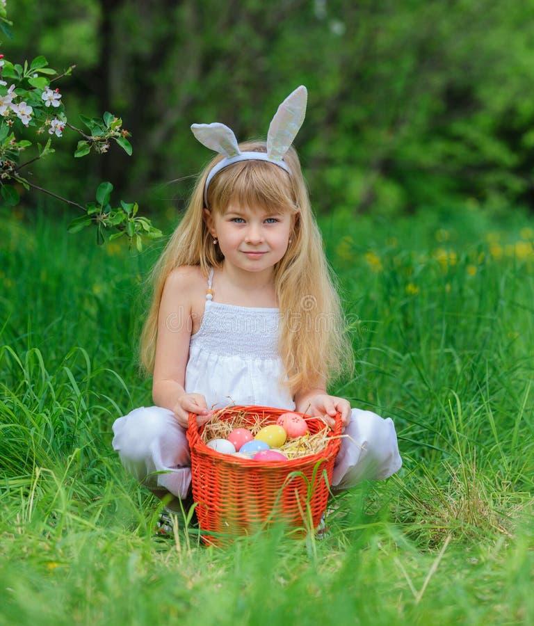 Tragende Häschenohren des kleinen Mädchens stockbild