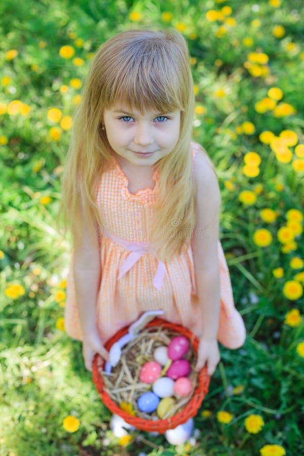 Tragende Häschenohren des kleinen Mädchens stockfotos