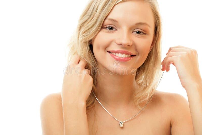 Tragende Halskette der Frau stockfoto