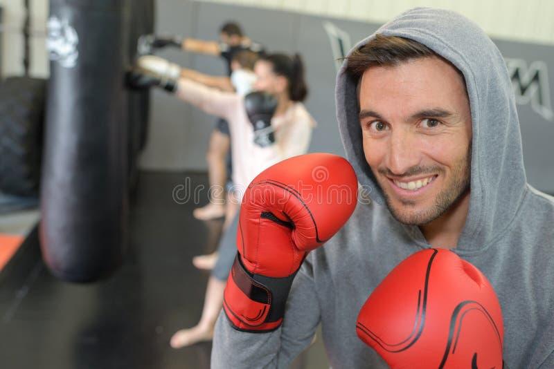 Tragende Handschuhe und Kapuzenpulli des männlichen Boxers des Porträts lizenzfreie stockfotos