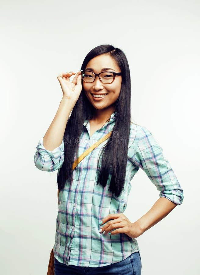 Tragende Jugendgläser der recht netten asiatischen Frau der Junge kleideten den zufälligen Hippie, der auf weißem Hintergrund, Le lizenzfreie stockfotos