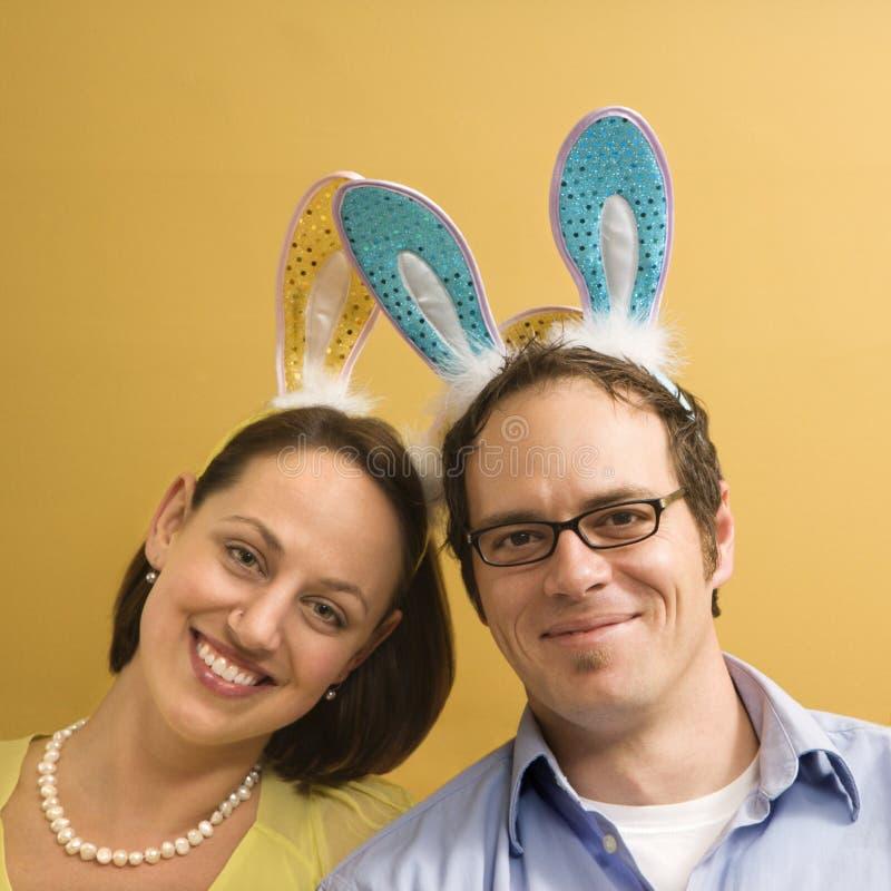 Tragende Kaninchenohren der Paare. stockbilder