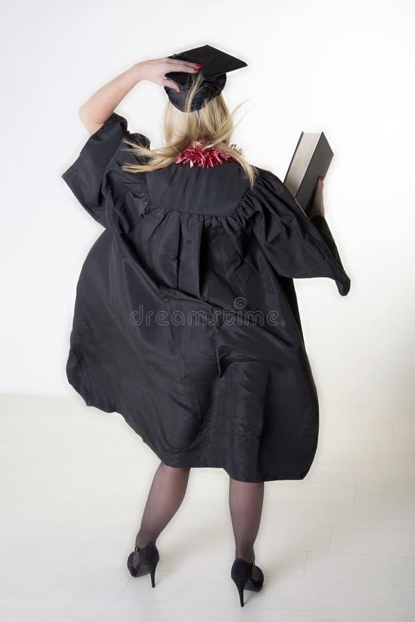 Tragende Kappe und Kleid des reifen Hochschulstudenten lizenzfreie stockfotos