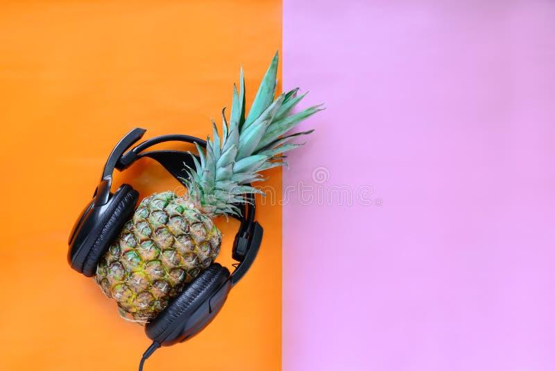 Tragende Kopfhörer der Ananas stockfotografie