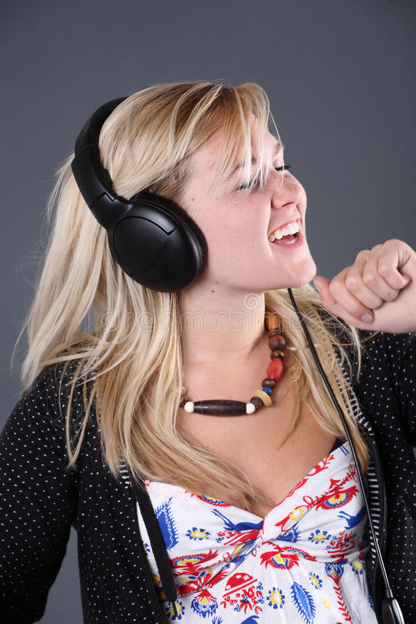 Tragende Kopfhörer und Tanzen der Jugendlichen stockbild