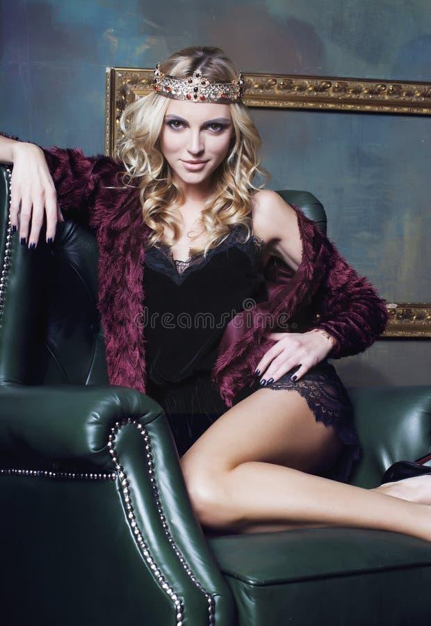 Tragende Krone der jungen blonden Frau im feenhaften Luxus stockbild