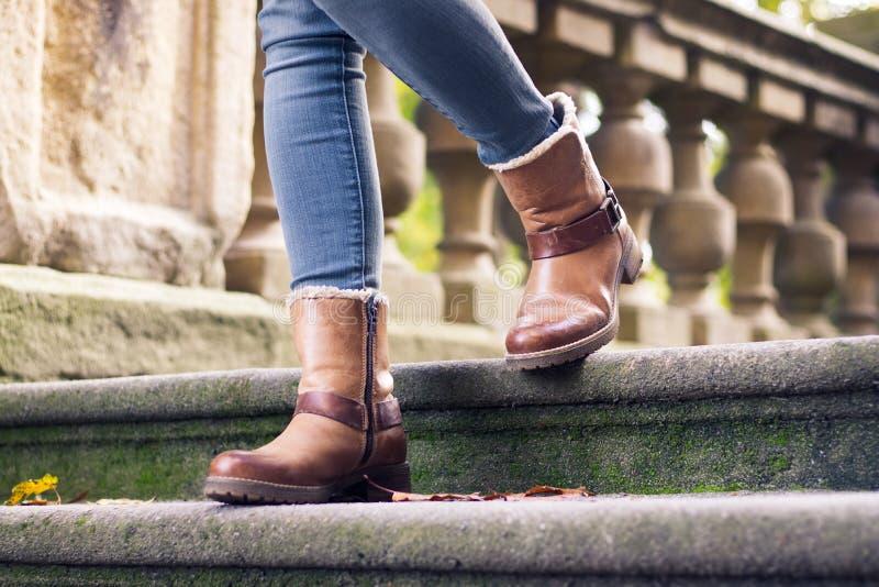 Tragende Lederstiefel eines stilvollen Mädchens lizenzfreies stockfoto