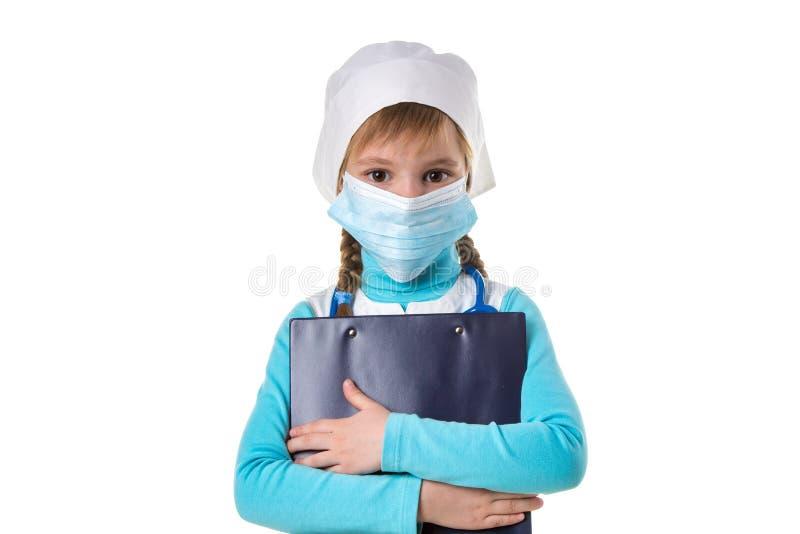 Tragende Maske der weiblichen Krankenschwester, Umarmungen ein Notizbuch, gerade betrachtend der Kamera, lokalisiert auf dem weiß stockbild