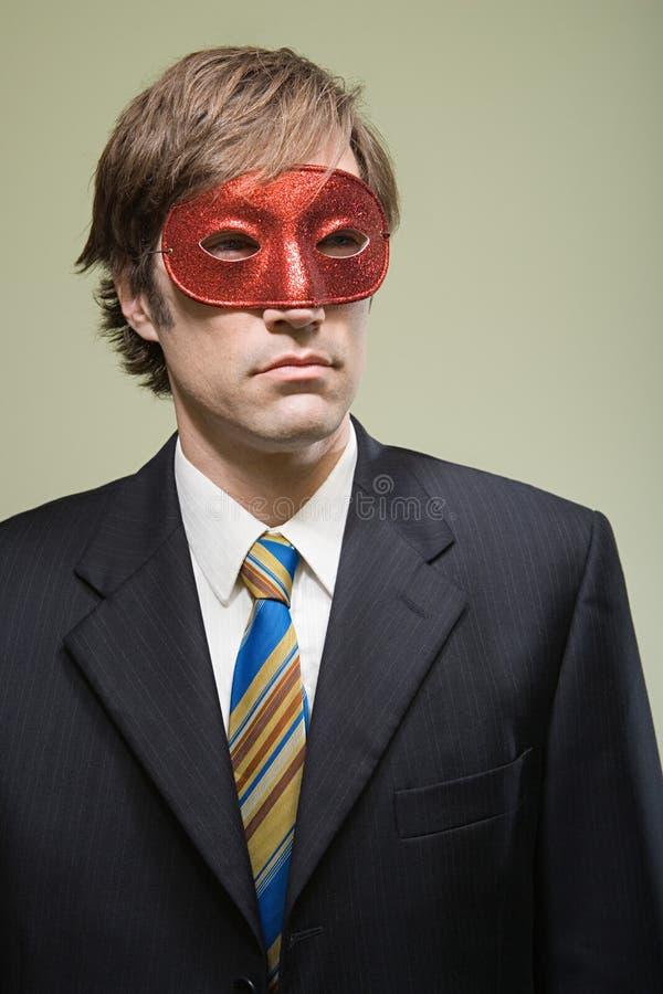 Tragende Maske des Büroangestellten lizenzfreie stockbilder