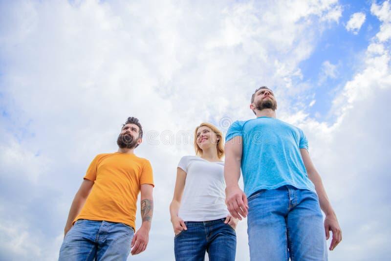 Tragende modische Kleidung Hübsches Frauen- und Mannfreundgehen im Freien Gruppe von Personen in der Freizeitkleidung Junge Leute stockbilder