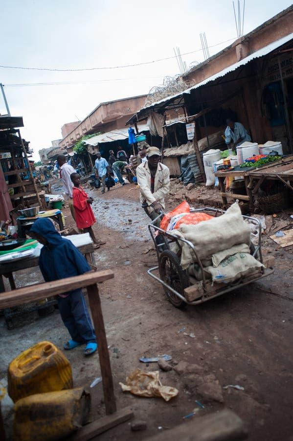 Tragende Nahrung in Afrika lizenzfreie stockfotos