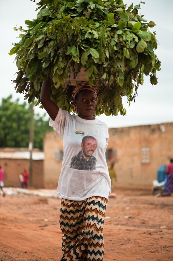 Tragende Nahrung in Afrika lizenzfreie stockfotografie