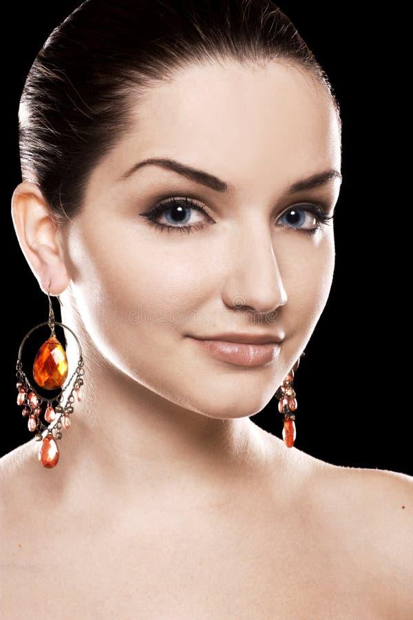 Tragende Ohrringe der schönen Frau stockfotos