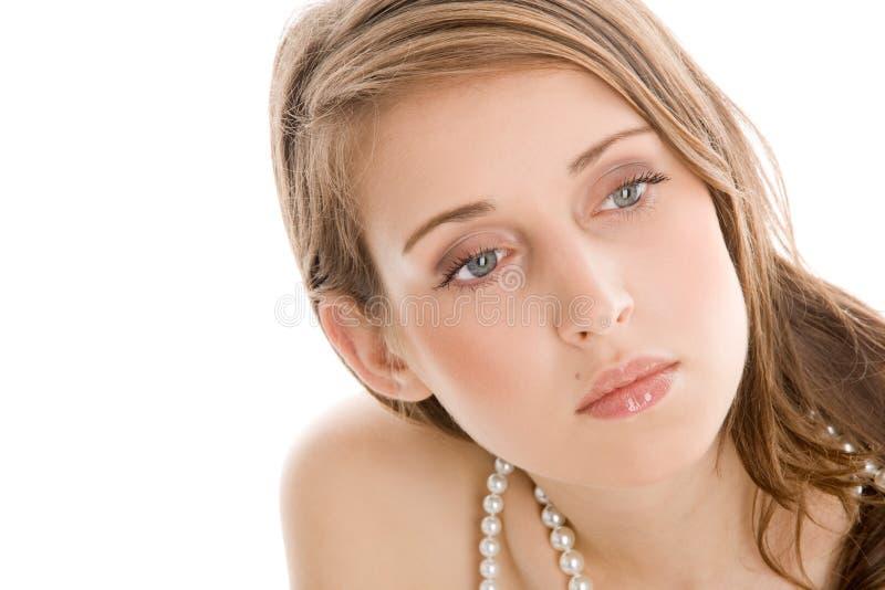 Tragende Perlenhalskette der Frau stockbild