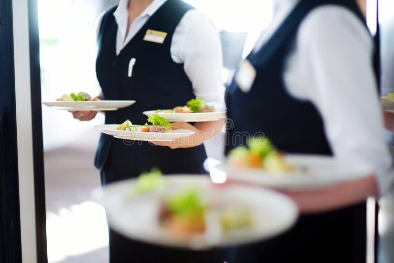 Tragende Platten des Kellners mit Fleischteller lizenzfreies stockfoto