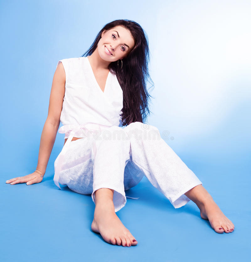 Tragende Pyjamas der Frau lizenzfreie stockfotos