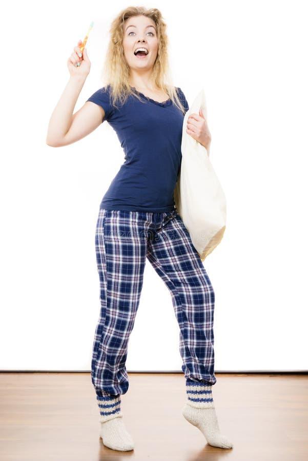Tragende Pyjamas der glücklichen netten Frau lizenzfreie stockbilder
