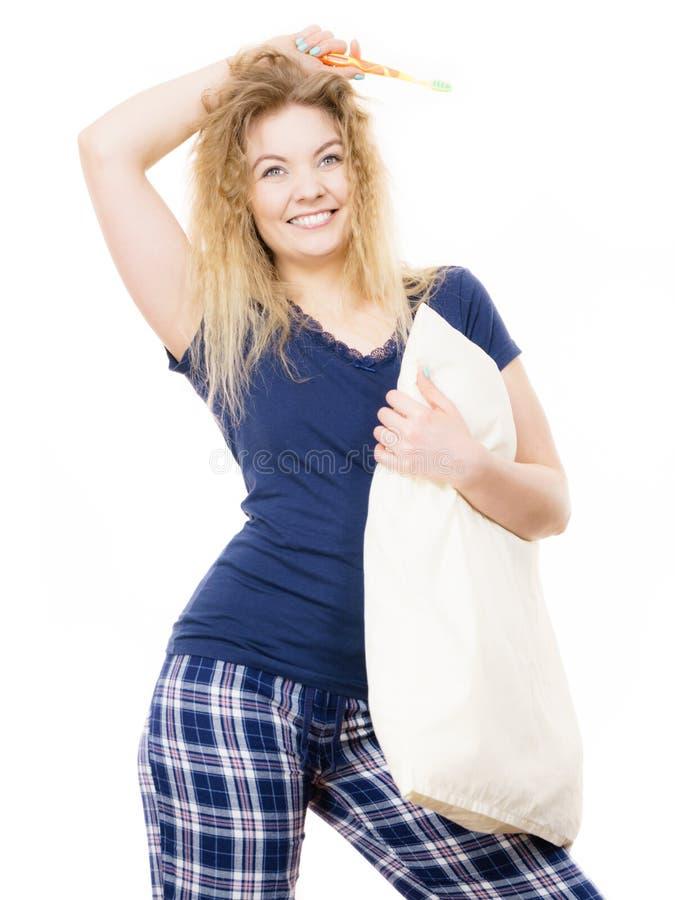 Tragende Pyjamas der glücklichen netten Frau stockfotografie
