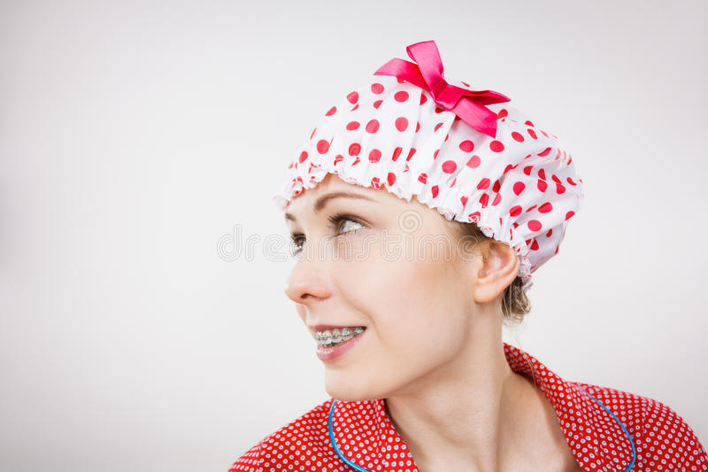 Tragende Pyjamas der lustigen Frau und Badekappe stockbild