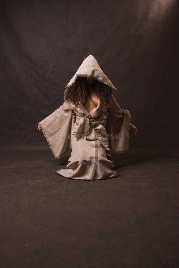 Tragende Robe der reizvollen Frau stockbilder
