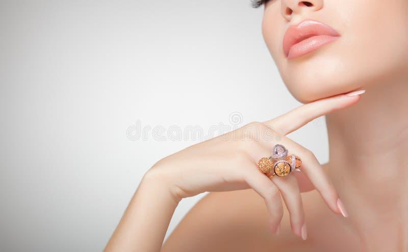 Tragende Schmucksachen der schönen Frau, sauberes Bild lizenzfreies stockbild