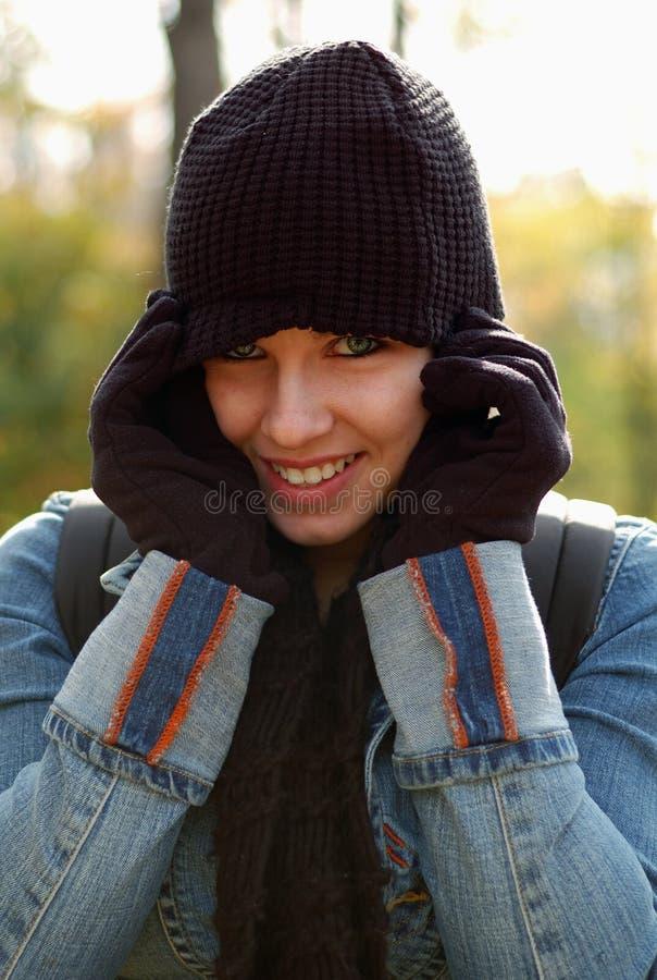 Tragende Schutzkappe und Handschuhe der Frau stockfotos