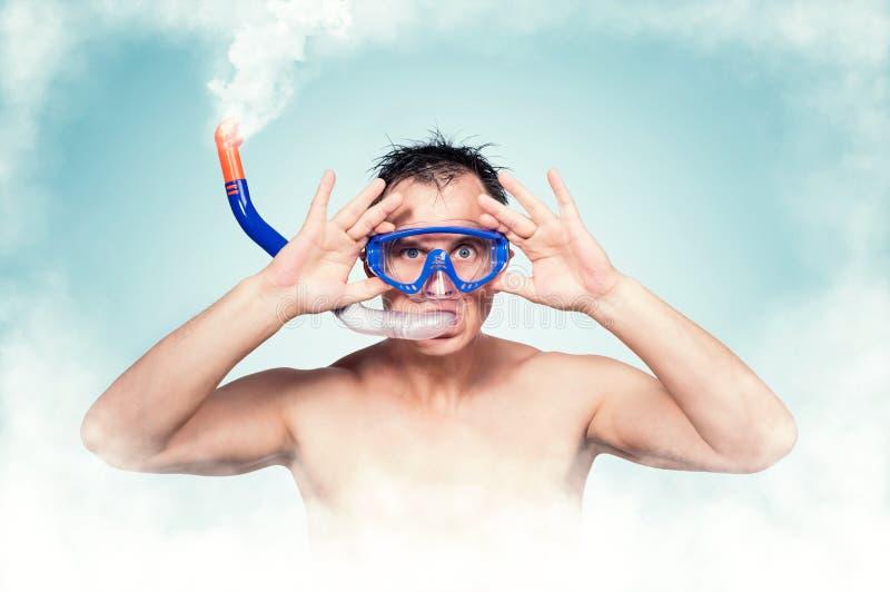 Tragende schwimmende Maske und Schnorchel des jungen Mannes in seinem Mund, von dem es weißen Rauch gibt Volles Immersionskonzept lizenzfreie stockfotos