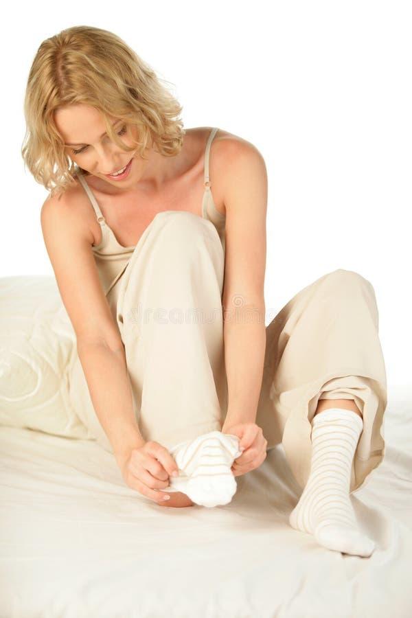 Tragende Socken der Frau stockfoto