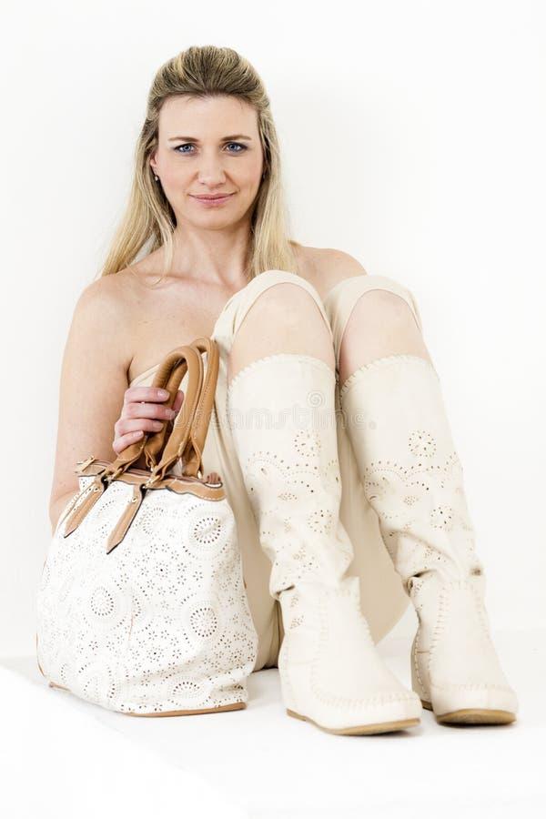 tragende Sommerkleidung und -stiefel der Frau lizenzfreie stockbilder