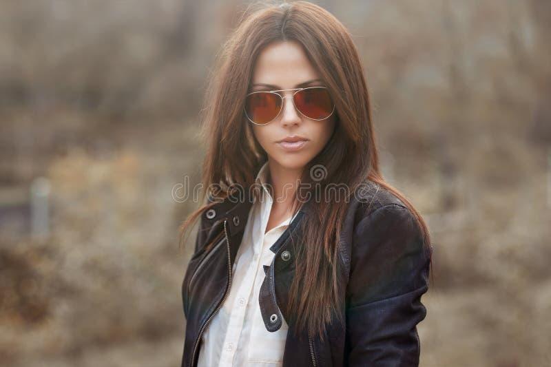 Tragende Sonnenbrille des Mode-Modells - Porträt im Freien lizenzfreie stockbilder