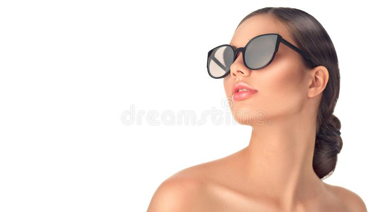 Tragende Sonnenbrille des Schönheitsmode-modell-Mädchens Schönes Frauenportrait über Weiß stockfotos