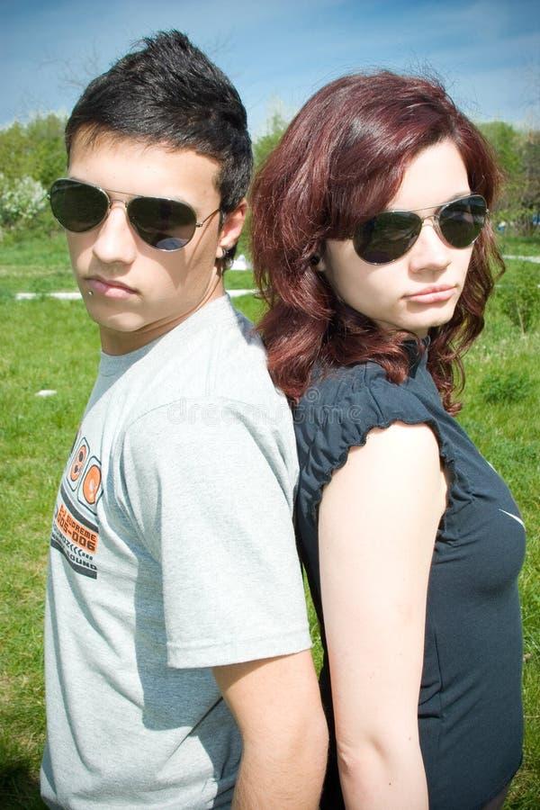 Tragende Sonnenbrillen der Paare stockfotos