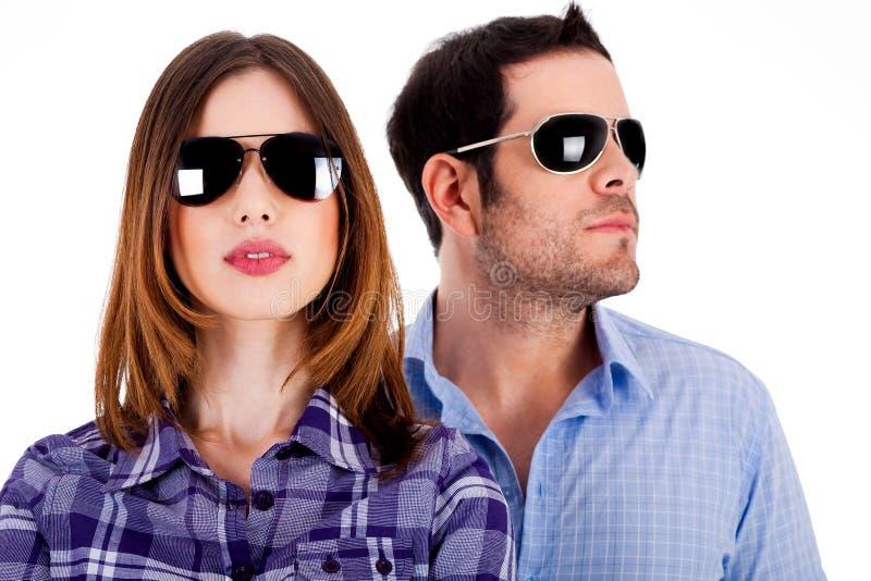 Tragende Sonnenbrillen der stilvollen Paare lizenzfreie stockfotografie