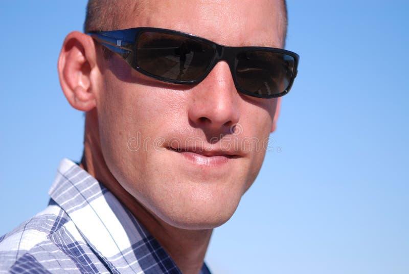 Tragende Sonnenbrillen des attraktiven Mannes. lizenzfreie stockbilder