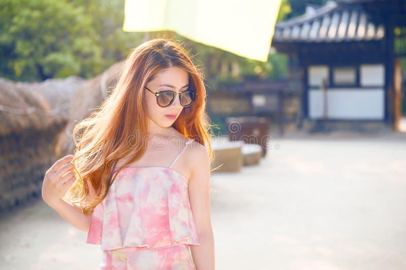 Tragende Sonnenbrillen des Frauenportraits lizenzfreies stockfoto