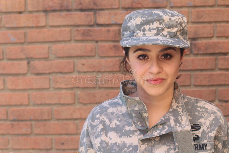 Tragende Uniform des weiblichen AMERIKANISCHE Armee-Soldaten stockfotografie