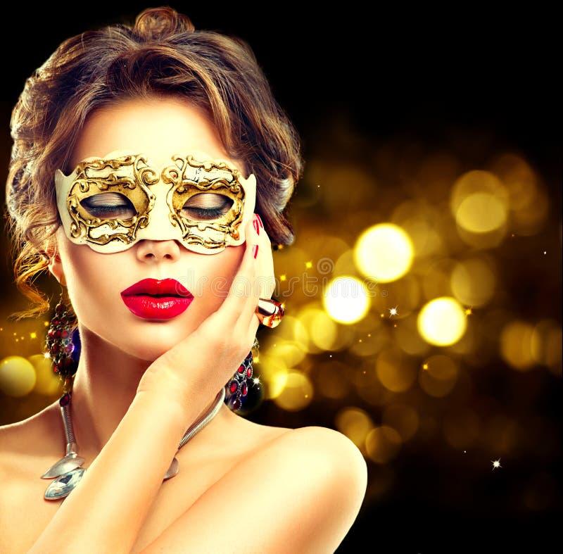 Tragende venetianische Maske der vorbildlichen Frau der Schönheit lizenzfreies stockbild