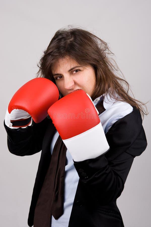 Tragende Verpackenhandschuhe der Geschäftsfrau stockfotografie