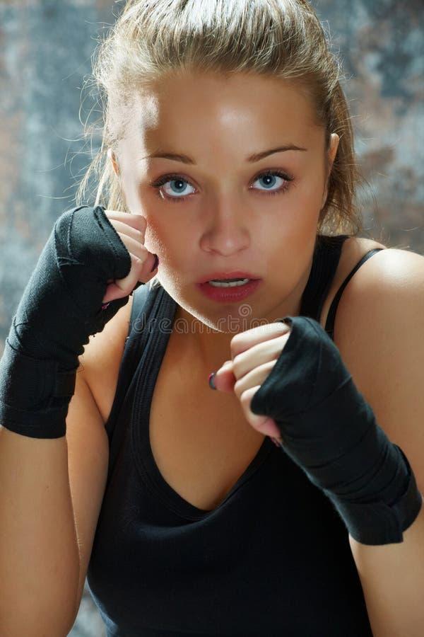 Tragende Verpackungen der Kämpferfrau Hand lizenzfreie stockbilder