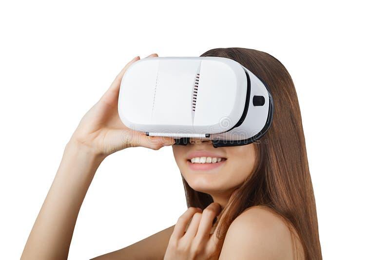 Tragende weiße Gläser der virtuellen Realität der jungen Frau lokalisiert stockfotografie