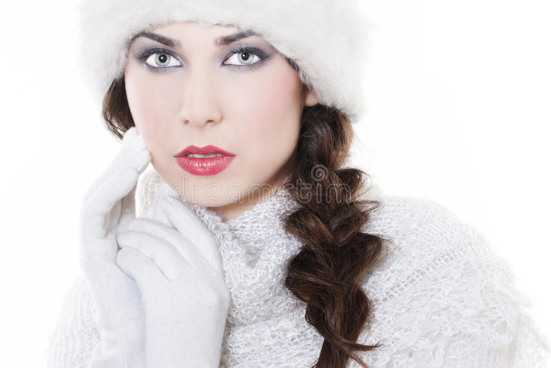 Tragende Winterkleidung der jungen Frau stockbild