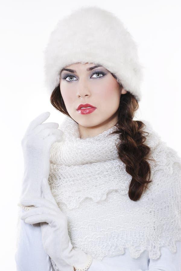 Tragende Winterkleidung der jungen Frau stockfoto