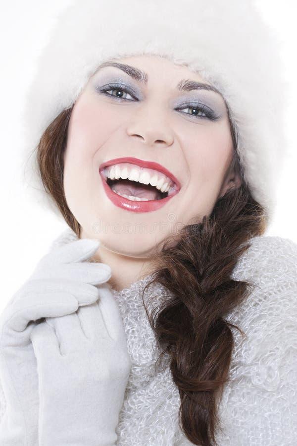Tragende Winterkleidung der jungen Frau lizenzfreie stockbilder