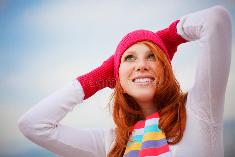 Tragende Winterkleidung des netten Mädchens stockbild
