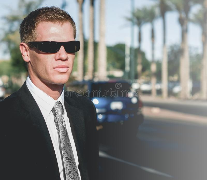 Tragender Anzug und Sonnenbrille des Mannes im Freien in Los Angeles lizenzfreie stockfotografie