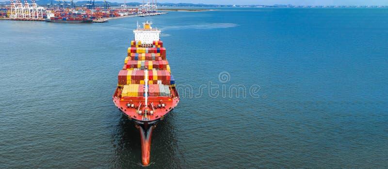 Tragender Behälter des von der Luftseitenansichtcontainerschiffs in Import-export Geschäft logistisch und Transport von internati lizenzfreies stockbild
