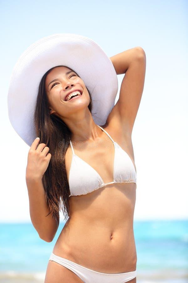 Tragender Bikini der sexy Frau am Strand stockfotografie
