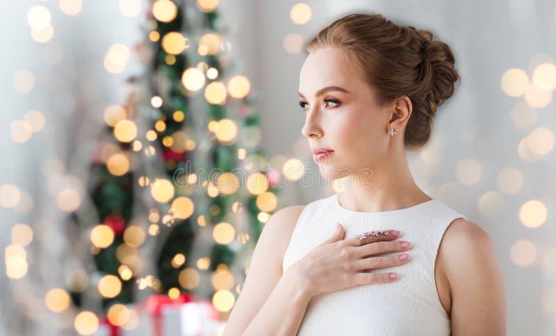Tragender Diamantschmuck der Frau für Weihnachten stockbilder