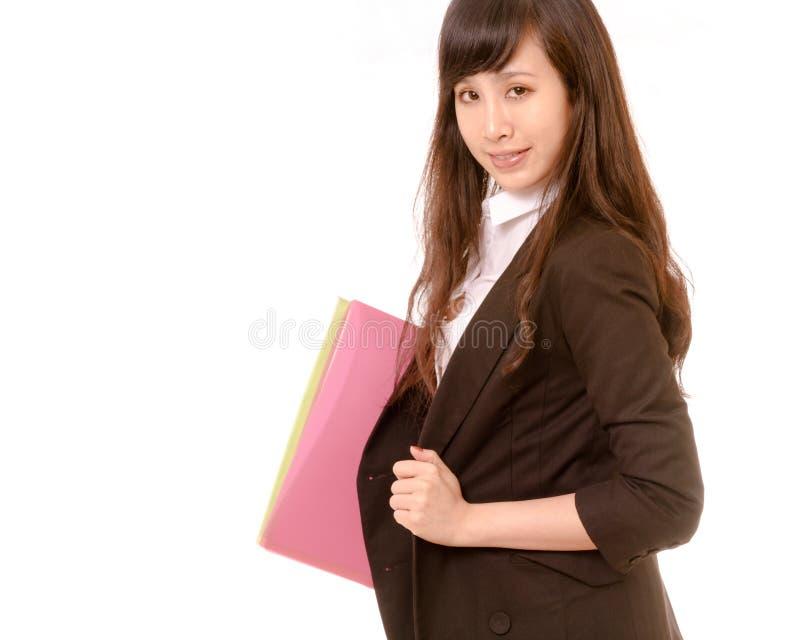 Tragender Exekutivordner der asiatischen Geschäftsfrau, Filterblick lizenzfreies stockfoto
