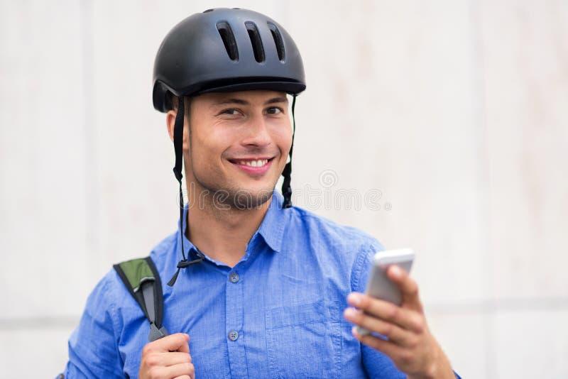 Tragender Fahrradsturzhelm des Mannes stockfotografie